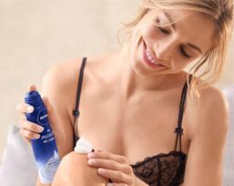 Dank innovativer Aerosol-Technologie bewahrt das mikrofeine, cremige Mousse seine feine, luftige Textur beim Verteilen auf der Haut.